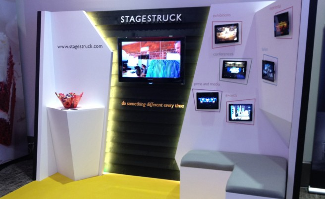 estands multimedia con displays leds retroiluminados.